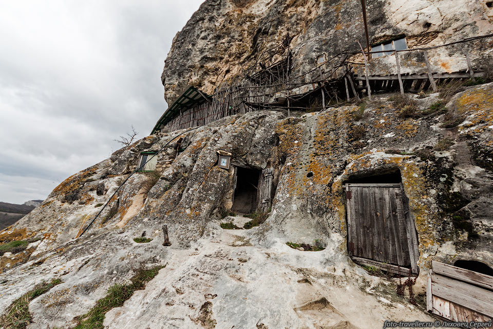 Пещерный монастырь Христа Спасителя Шулдан расположен возле села Терновка. Название переводится как