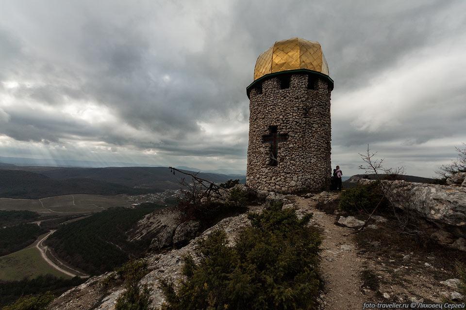 Недавно отстроенная башня над монастырем Шулдан. Монастырь действующий.