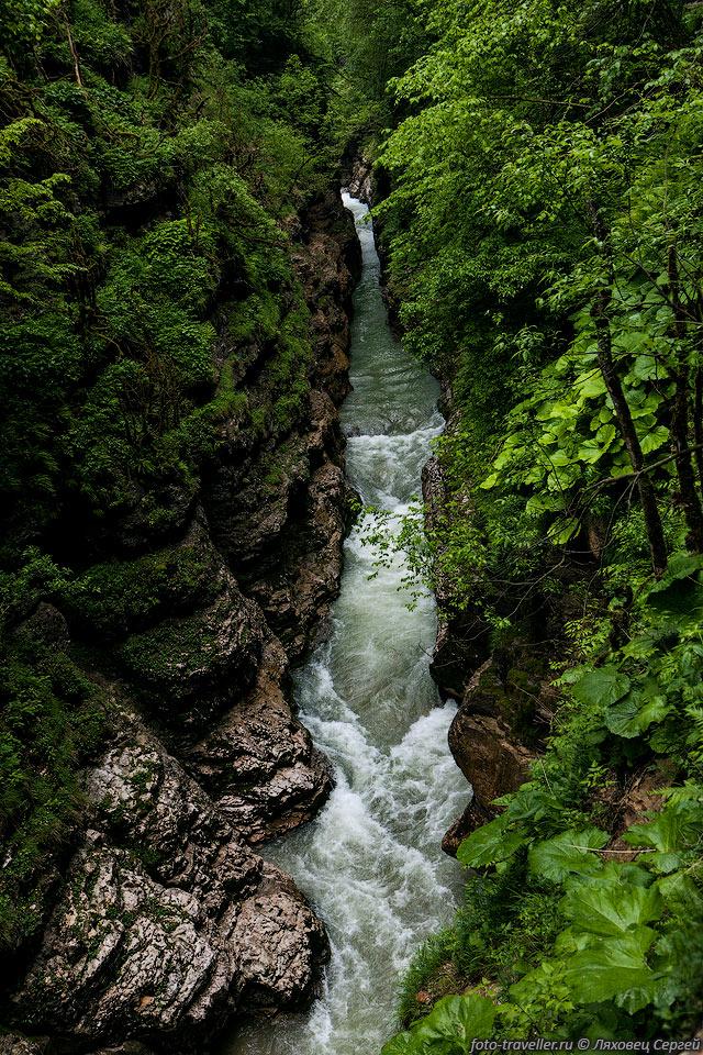 Гуамское ущелье имеет длину 3 км и глубину 400 м. Самая узкая часть около 2 метров.