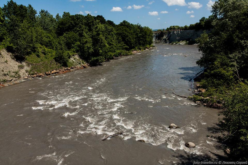 Долина Аммонитов расположена возле моста через реку Белая. Когда-то окаменелостей тут было много, сейчас все растащили.
