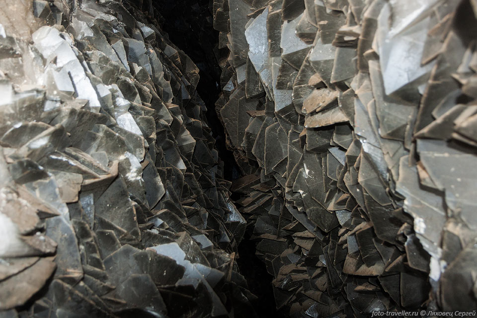 На Даховском месторождении руды принадлежат уран-арсенидной формации, ранее именовавшейся