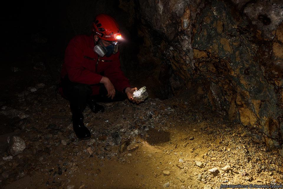 Рассматриваем валяющиеся на полу минералы
